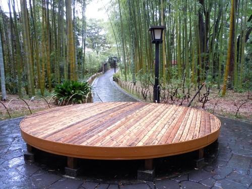 竹製の円形ベンチ