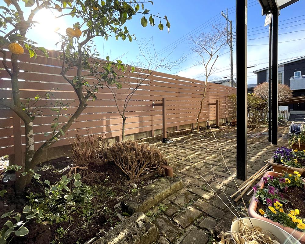 人工木目隠しフェンスが完成しました!