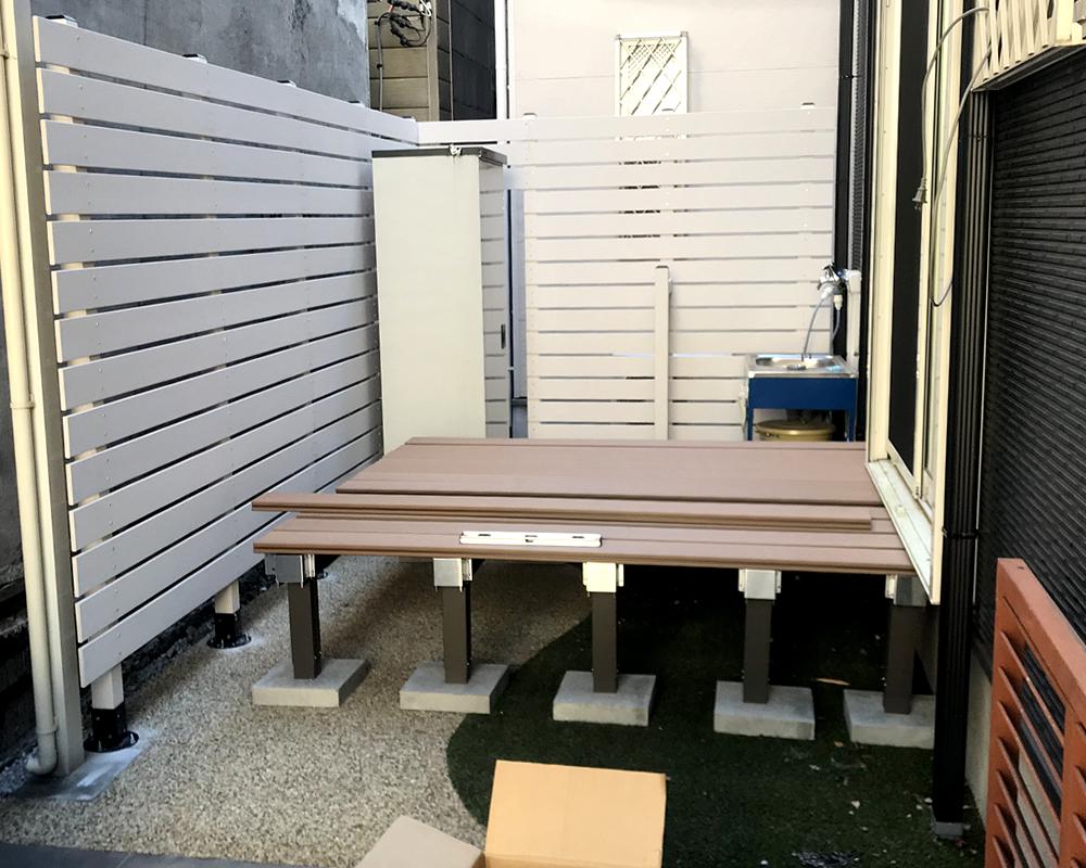 人工木デッキの設置スタート