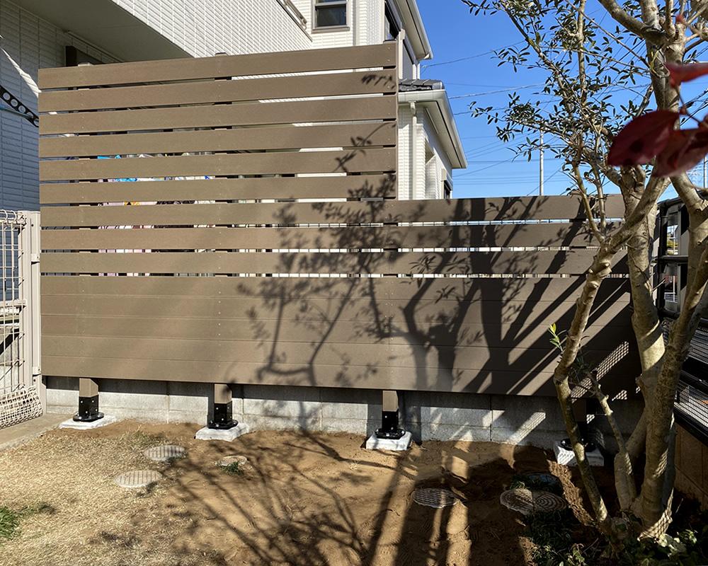 人工木フェンスの設置が完了しました。