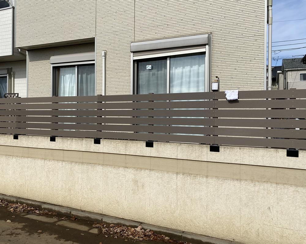 お庭との仕切りに設置した人工木目隠しフェンス