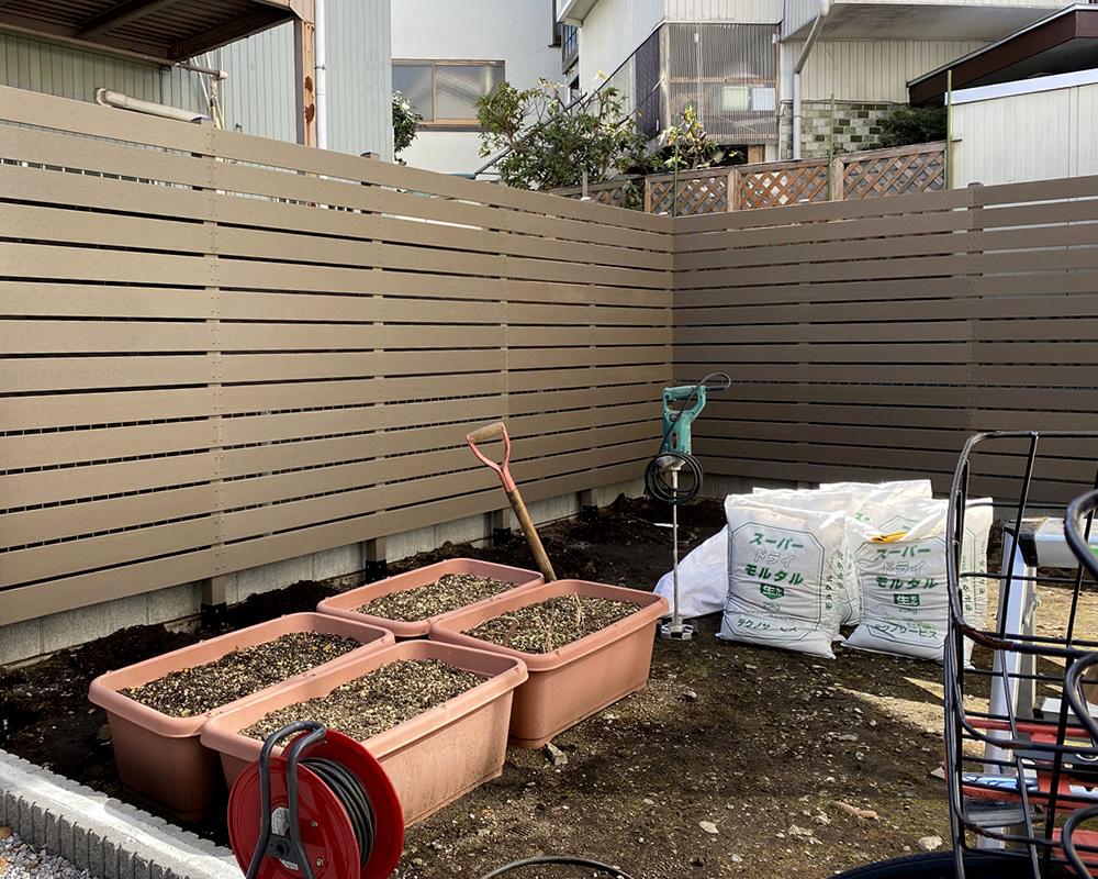 ダークブラウン色の人工木フェンスが完成しました!
