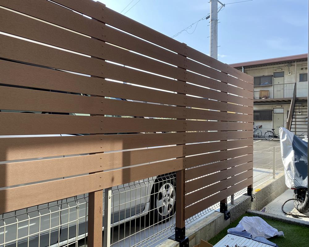 人工木材の貼り付けが始まりました。