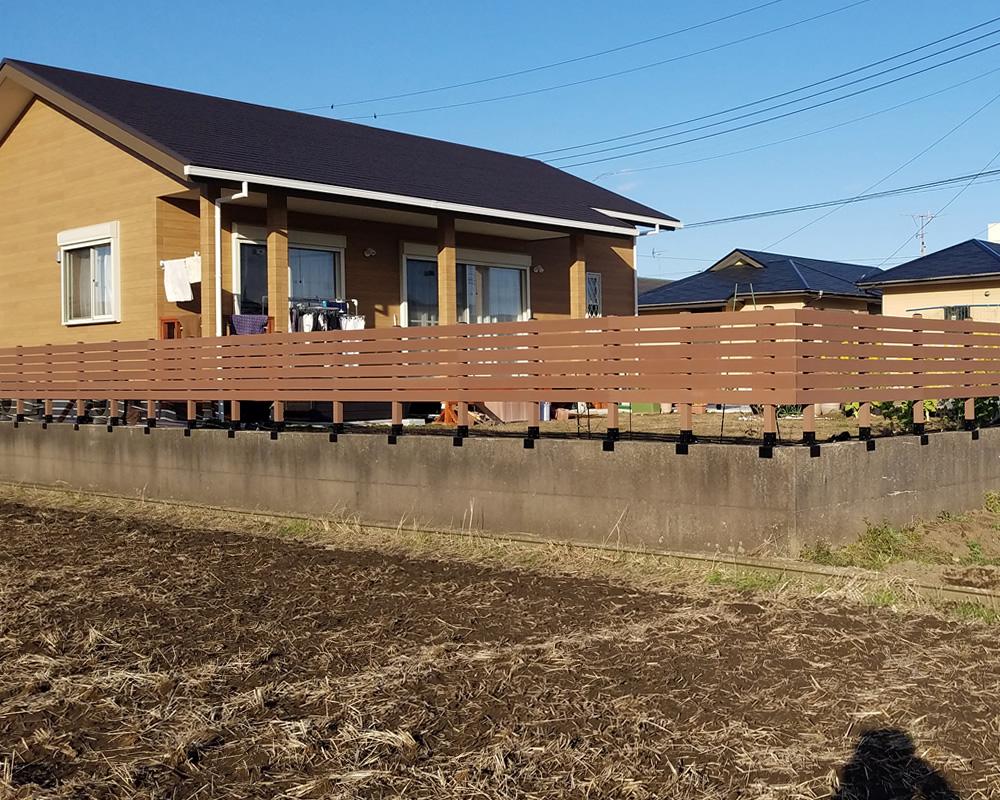 お庭周りの人工木フェンスが仕上がりました。