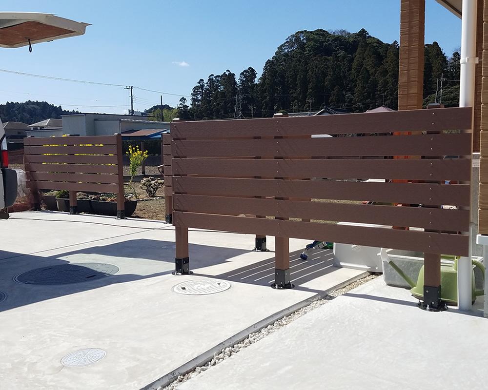 玄関前の人工木フェンス