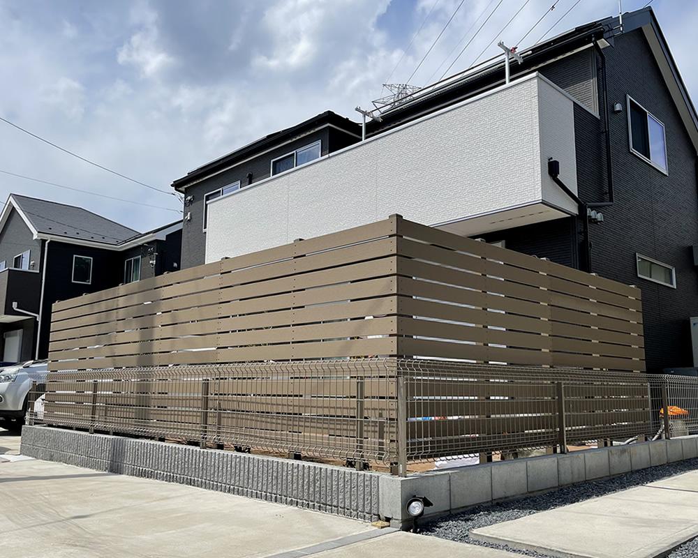 人工木横張りフェンスの完成です!