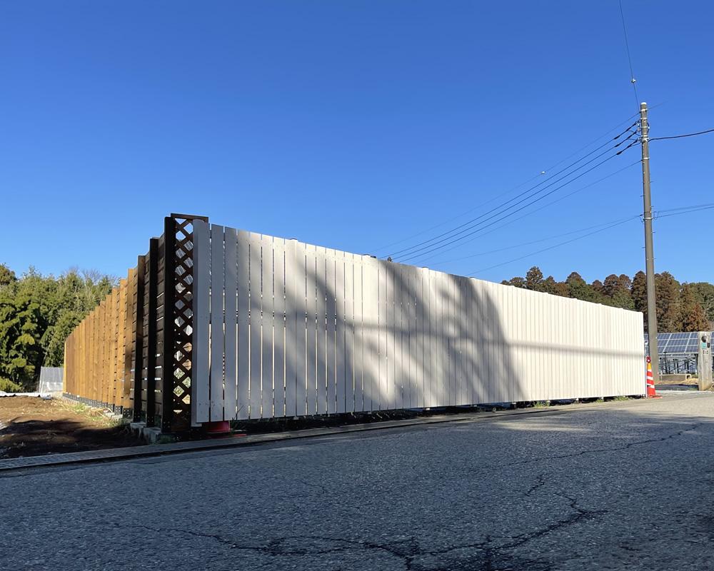 人工木縦張りフェンスが完成しました!