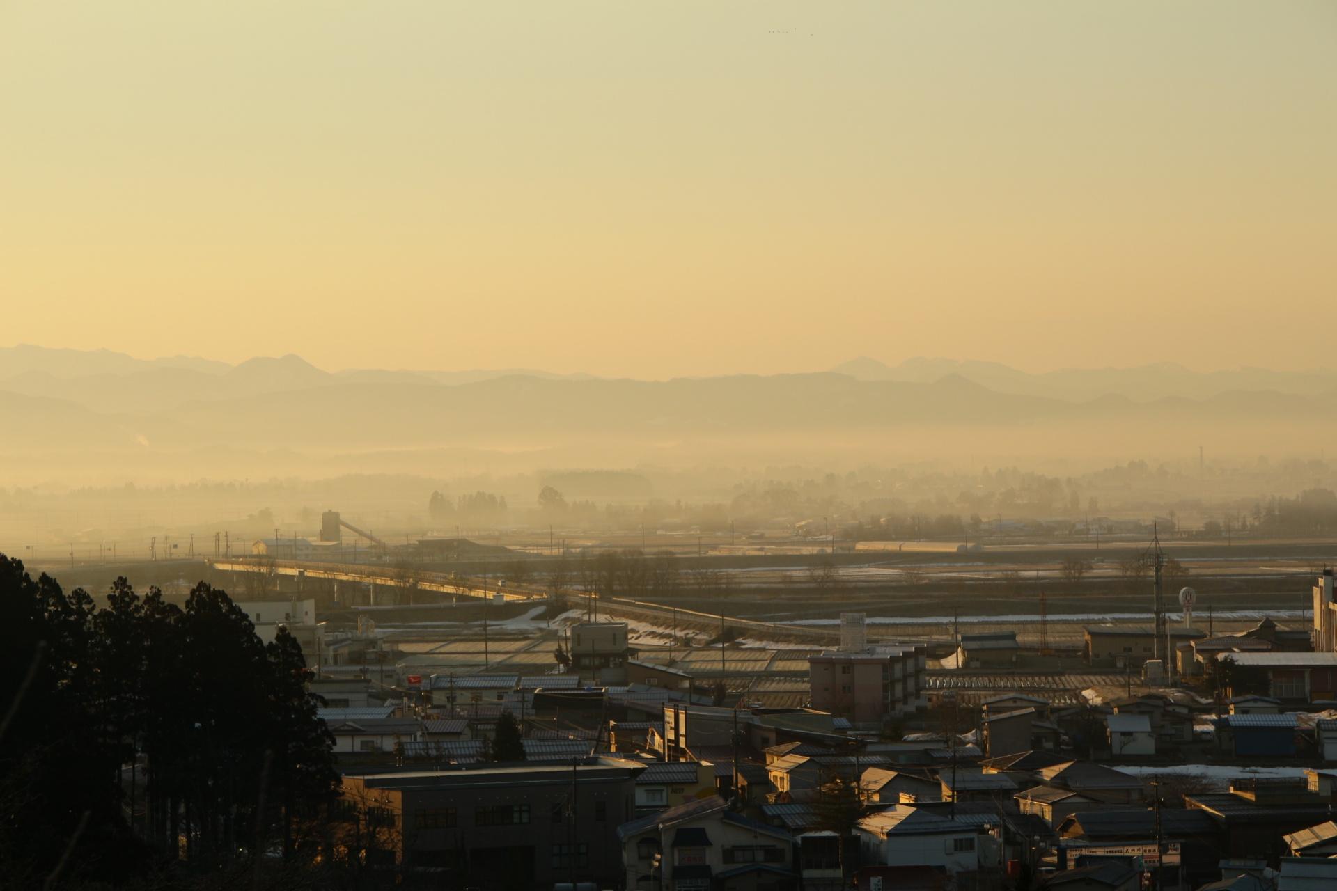 霧に煙る町