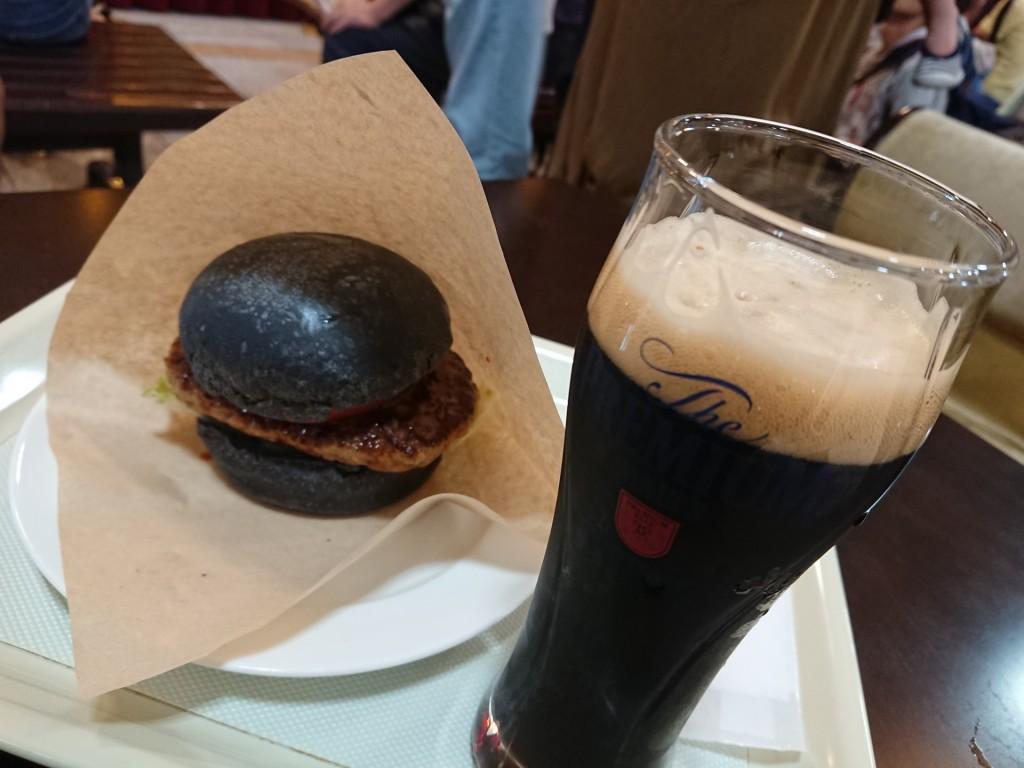 【エムアンドエムフーズ 】SLをコンセプトにした黒いハンバーガーと黒ビーチ