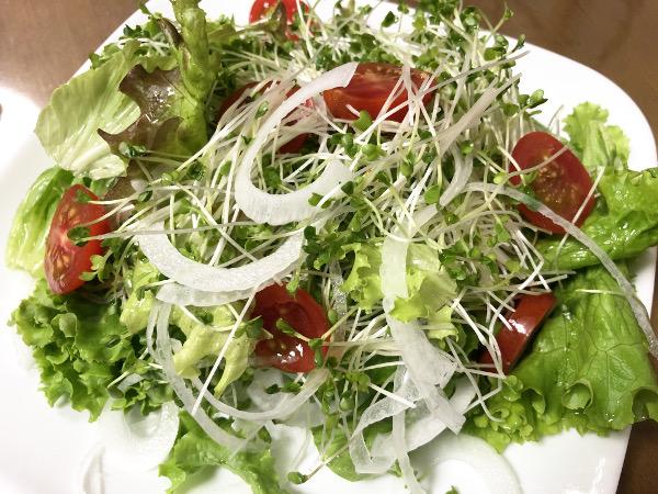 ブロッコリースプラウトと新玉ねぎのサラダ