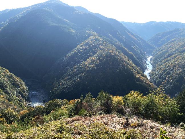 谷を流れる保津川