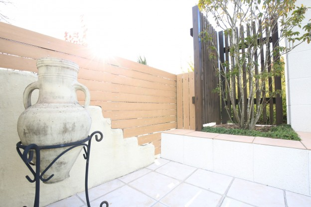 明るい板塀