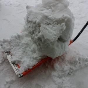 ママさんダンプで雪かき