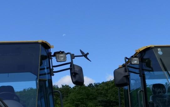 除雪車、そして青空に有明の月