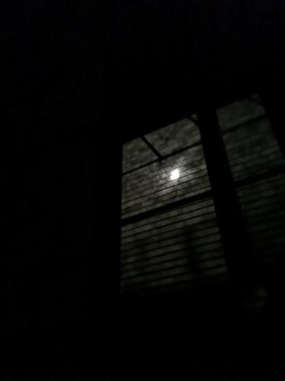 ブラインド越しに見た月