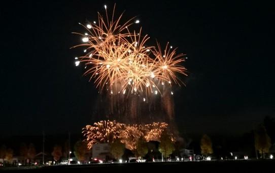 ハロウィンの日の夜空に打ち上げ花火